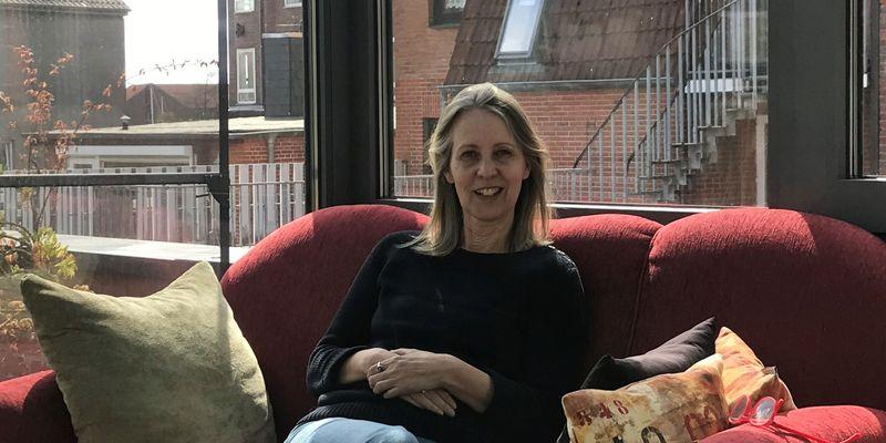 Bild von Christine Schmidt auf einem roten Sofa