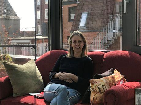Bild von Christine Schmidt auf einem rote Sofa