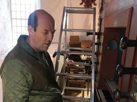 Orgelbauer Hendrik Ahrend vor der Orgel in Utturm
